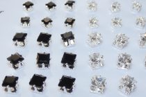 Fekete Strasszos Kocka Fülbevaló Ezüst Színű Fém Pálcán 3,5mm