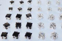 Fekete Strasszos Kocka Fülbevaló Ezüst Színű Fém Pálcán 4,5mm